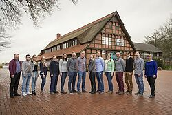 Gruppenfoto mit Azubis auf dem Firmengelände