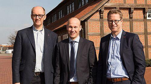 Bernd Meerpohl, Maurice Ortmans und Lars Vornhusen nach Vertragsunterzeichnung