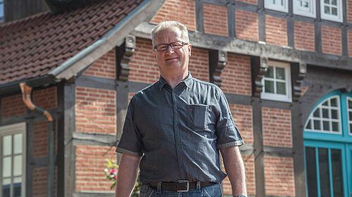 Rolf Büssing vor dem Bauernhaus