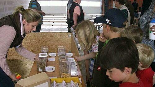Kinder bei Quiz zu Futter in der Hähnchenmast