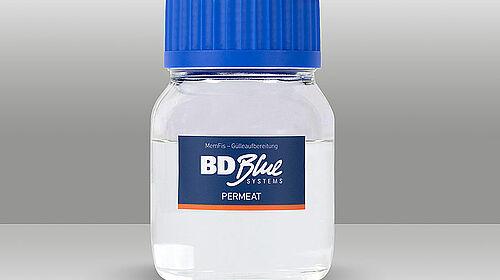 Kleine Flasche mit Wasser