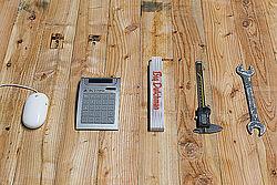 Die Werkzeuge liegen auf dem Tisch