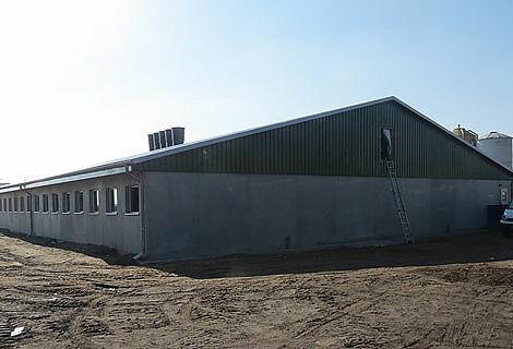 Neuer Stall für die Ferkelaufzucht mit modernen Stalleinrichtungen und Systemen für Trockenfütterung sowie Stallklima