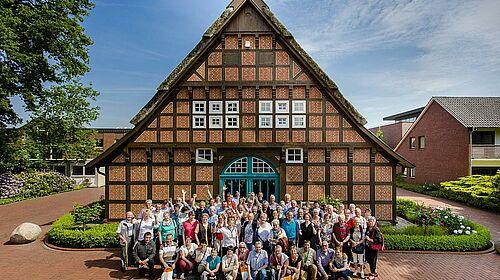 Gruppenphoto vor dem Bauernhaus
