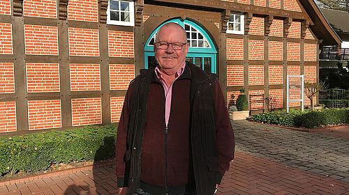 Franz Kuper vor dem Bauernhaus