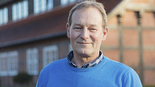 Gerd Schneider vor dem Bauernhaus