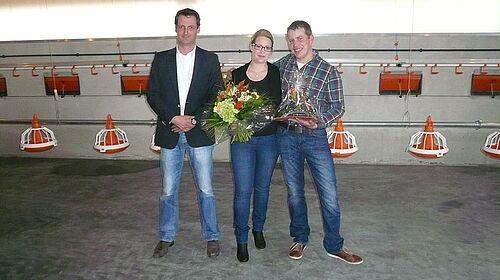 Gratulation zum neuen Stall für die Hähnchenmast: Big Dutchman-Verkaufsleiter überreicht Präsente