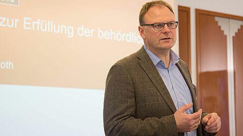 Roland Tapken beim Vortrag
