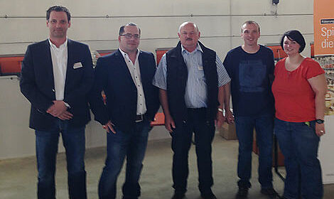 Big Dutchman-Mitarbeiter gratulieren zum neuen Geflügelstall