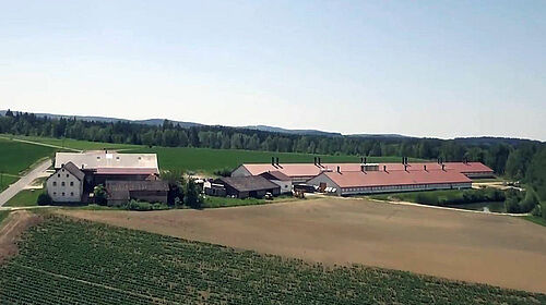Luftbildaufnahme Familienbetrieb und Hähnchenmastställe Schedl