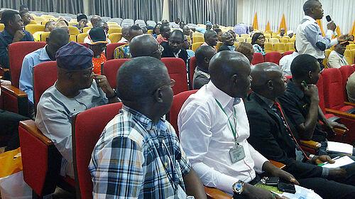 Teilnehmer mit Mikro im Auditorium