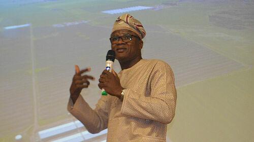 Prof. Adesehinwa mit Mikrofon