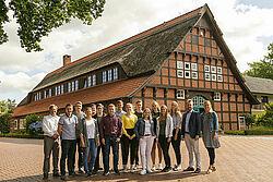 Gruppenbild vor altem Fachwerkhaus