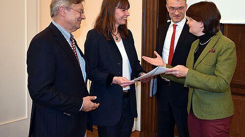 Dr. Maria Flachsbarth händigt Professor Dr. Silke Rautenschelin, PhD, die Zuwendungsbescheide aus