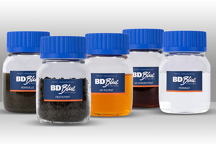 Fünf kleine Flaschen mit dem Ergebnis der jeweiligen Prozessstufen